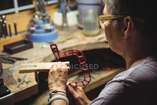 Закри craftswoman працюють в майстерні — стокове фото