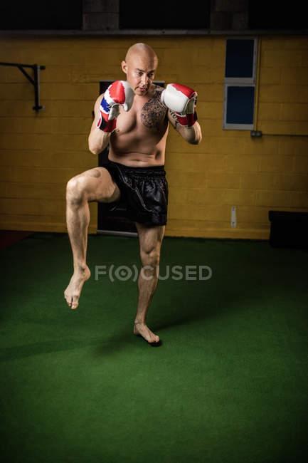 Тайский боксер без рубашек практикующий бокс в спортзале — стоковое фото