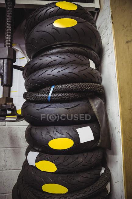 Stapel verschiedener Reifen in der industriellen mechanischen Werkstatt — Stockfoto