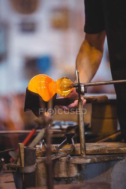 Розділ середині митець формування та формування розплавленого скла на заводі glassblowing — стокове фото