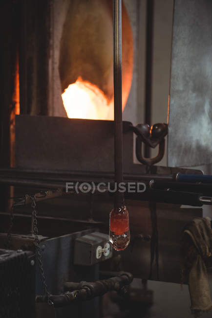 Close-up of molten glass on blowpipe at glassblowing factory — Stock Photo