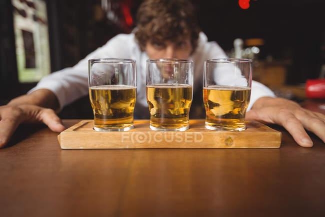 Бармен підкладка віскі постріл келихи на барна стійка в барі — стокове фото