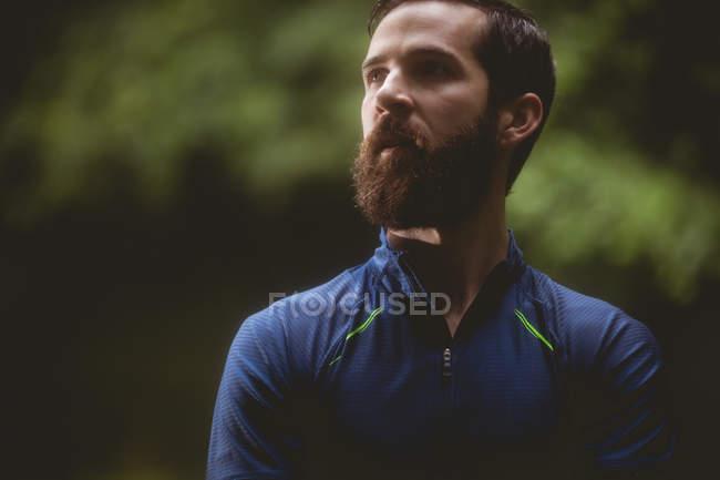 Primer plano del atleta en ropa deportiva mirando lejos - foto de stock