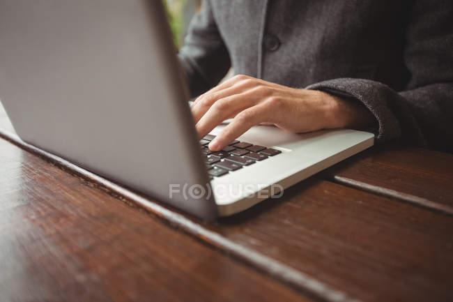 Mittelteil des Mannes mit Laptop an Bar — Stockfoto