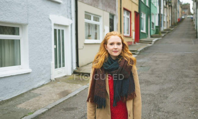 Redhead woman standing on alley street — Stock Photo