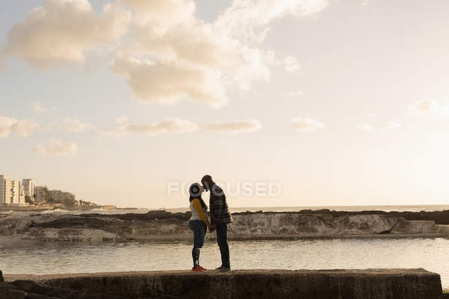 Романтична пара цілуються на набережній — стокове фото