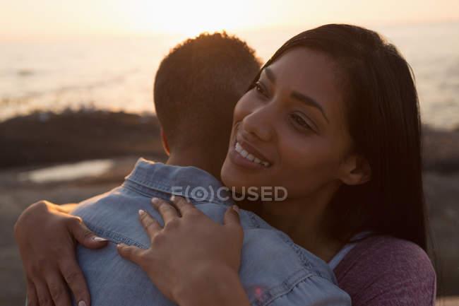 Gros plan d'un couple qui se serre dans ses bras près de la mer — Photo de stock