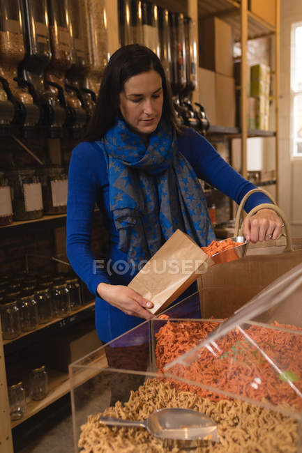 Beautiful woman shopping in supermarket — Stock Photo