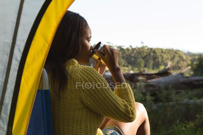 Одна жінка біля намету кави в лісі — стокове фото