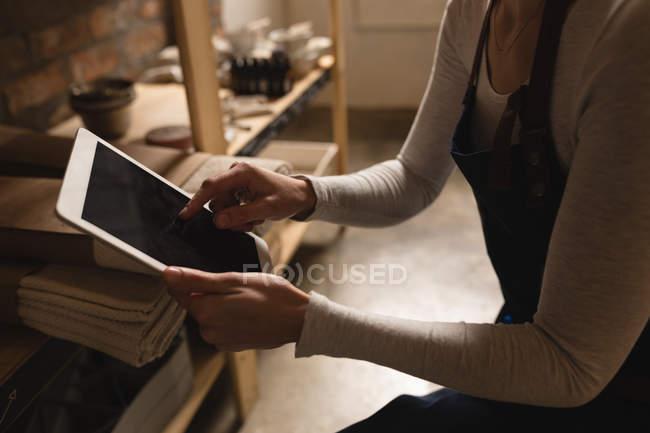 Sezione centrale del personale femminile che utilizza tablet digitale nel supermercato — Foto stock