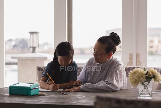 Бабуся і внучка, малюнок ескіз на столі будинку — стокове фото