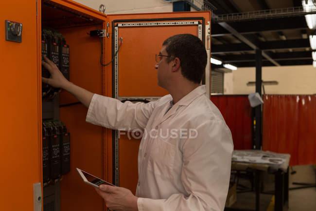Робототехника инженер изучения панель управления на складе — стоковое фото