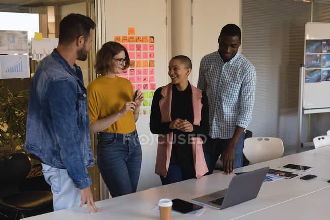 Улыбаясь руководителей, говорить друг с другом в конференц-зале — стоковое фото