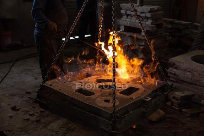 Niedrige Teil der Arbeitskraft Häutung Metall in Gießerei-workshop — Stockfoto