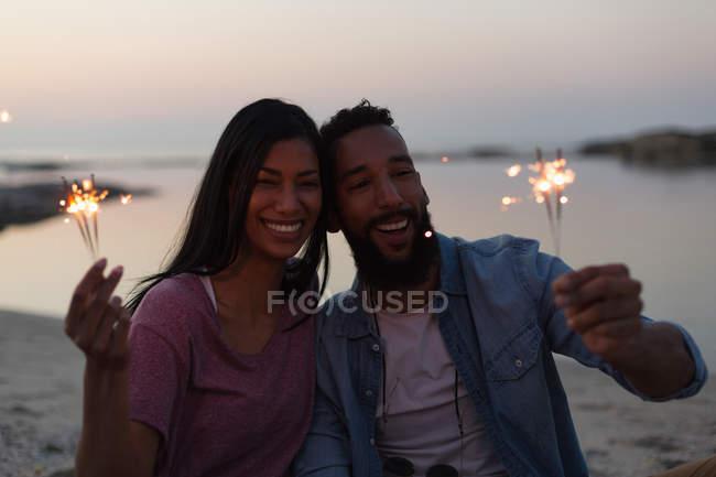 Couple heureux s'amuser sur la plage près de la mer — Photo de stock