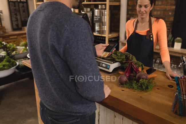 Клиент, платеж на прилавке в супермаркете — стоковое фото