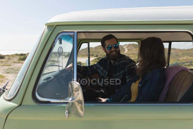 Щаслива пара Взаємодіючі в транспортного засобу під час roadtrip — стокове фото