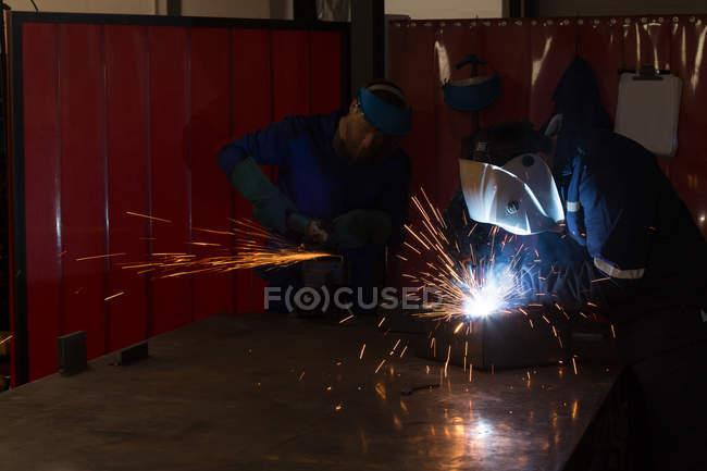 Внимательныя(ый) роботизированной инженеров, работающих в роботизированной склад — стоковое фото