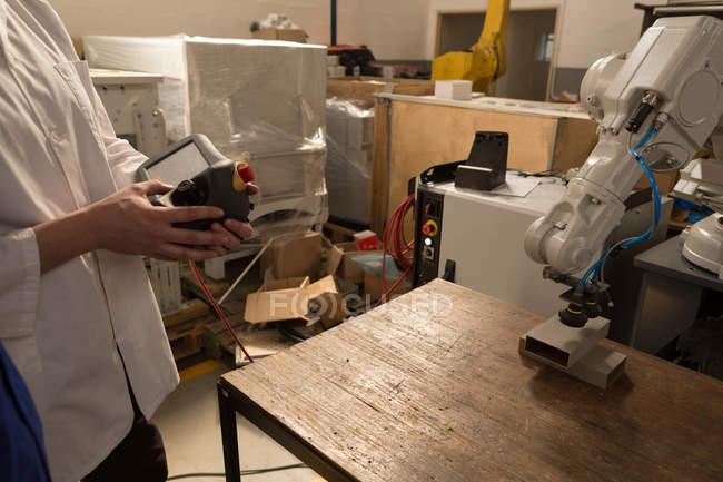 Середине секции роботов инженеров, роботизированной машины с дистанционным управлением — стоковое фото