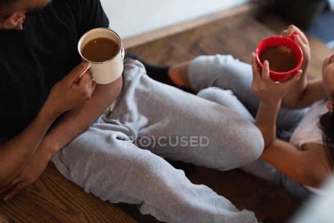 Крупный план пары, пьющей кофе дома — стоковое фото