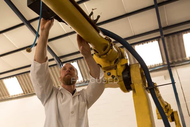 Робототехника инженер роботизированной машины на складе — стоковое фото