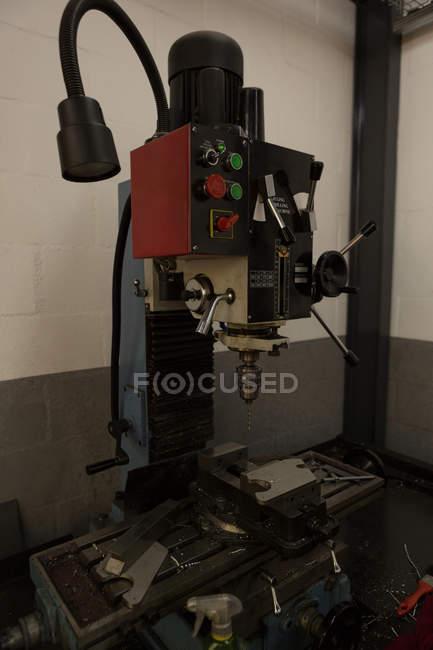 Moderne Sitzbank Bohrmaschine in Roboter-Lager — Stockfoto