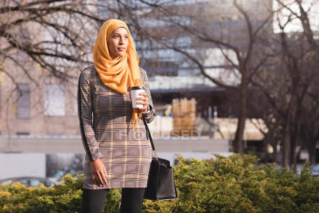 Hijab woman having coffee in park — Stock Photo