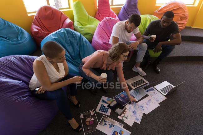 Керівників бізнесу працюють сидячи на брязкальце в офісі — стокове фото