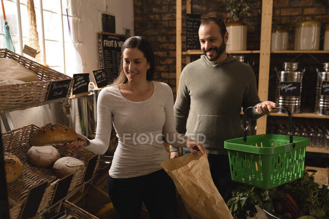 Couple shopping together in supermarket — Stock Photo