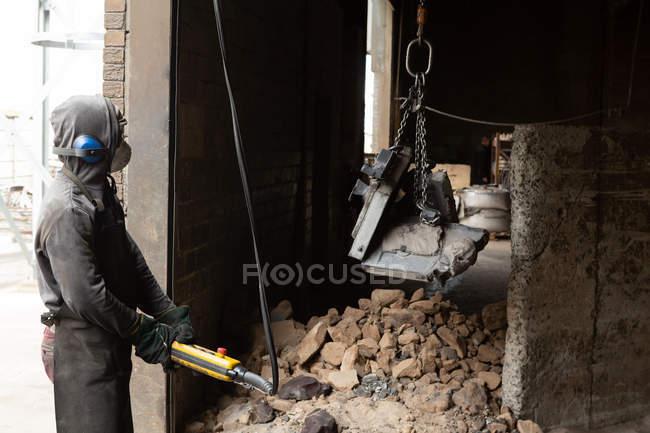Arbeiter tragen Metallguss mit Hallenkran in Gießerei — Stockfoto