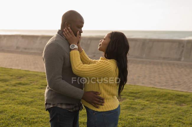 Romantisches Paar umarmt sich im Garten — Stockfoto