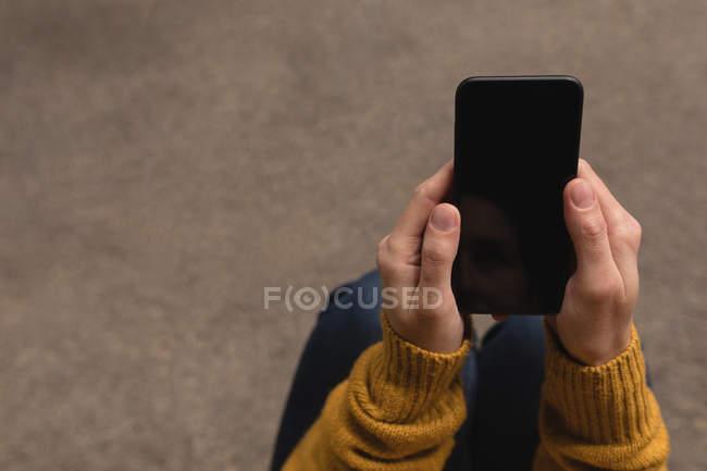 Розділ середині жінці за допомогою мобільного в придорожньому кафе — стокове фото