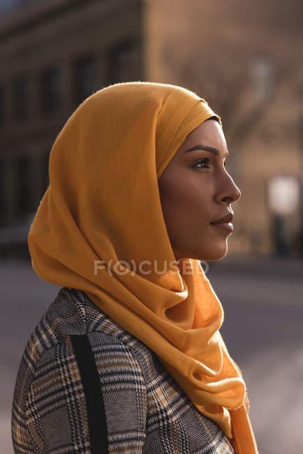 Продуманий хіджаб жінку, що стояли в місті — стокове фото
