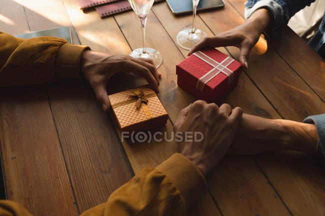 Nahaufnahme des Paares an Hand im café — Stockfoto