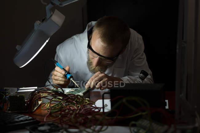 Робототехника инженер монтаж плат на стол на складе — стоковое фото