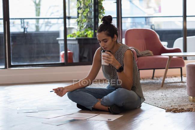 Hermosa mujer de negocios tomando café en la oficina - foto de stock