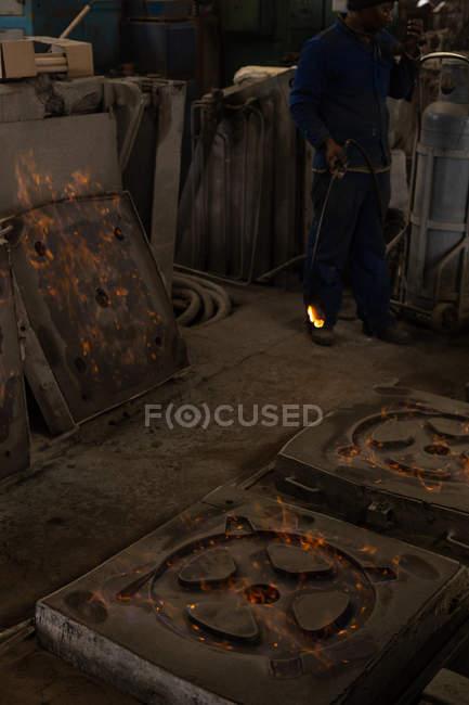 Pièces moulées en métal chaud dans des moules en fonderie — Photo de stock