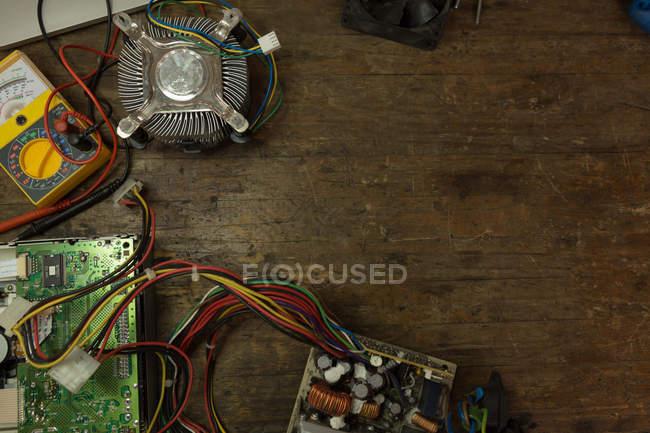Gros plan du circuit imprimé et du multimètre sur la table — Photo de stock