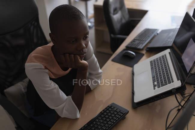 Esecutivo femminile che lavora allo scrittorio in ufficio — Foto stock