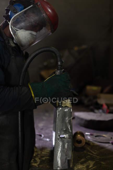 Чоловічий працівник використання гідравлічних машин в ливарний цех — стокове фото
