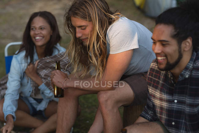Feliz grupo de amigos se divertindo no parque de campismo — Fotografia de Stock