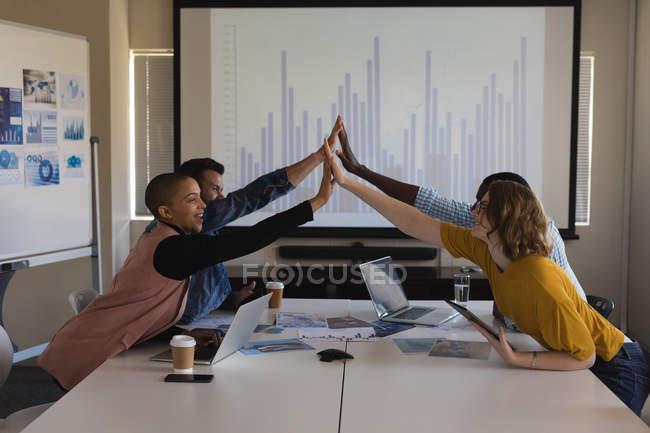 Cadres supérieurs se saluant dans la salle de conférence au bureau — Photo de stock