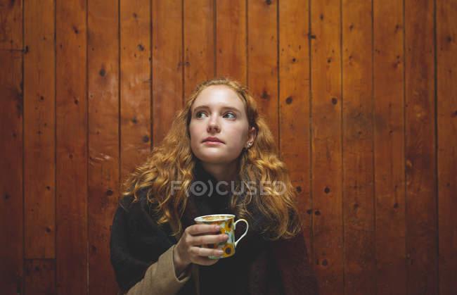 Руда одна жінка кави в кафе — стокове фото
