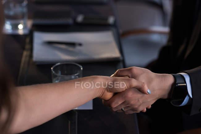 Закри ділових людей, стискаючи руку з один одного — стокове фото