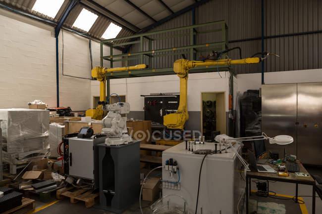 Современные роботизированной машины на складе — стоковое фото