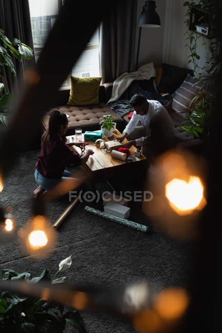 Coppia confezione regalo in soggiorno a casa — Foto stock