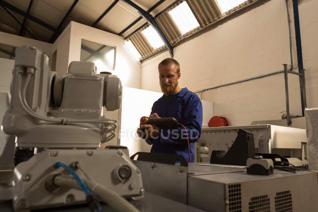 Робототехнические инженеров операционных роботизированной машины с дистанционным управлением на складе — стоковое фото