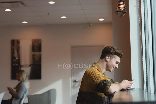 Seitenansicht von Mann mit Handy im Café — Stockfoto