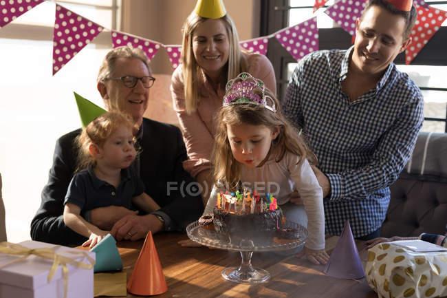 Multigenerazionali famiglia festeggiare il compleanno in salotto a casa — Foto stock