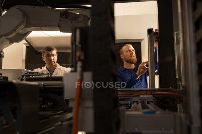 Aufmerksame Roboteringenieure arbeiten im Lager — Stockfoto